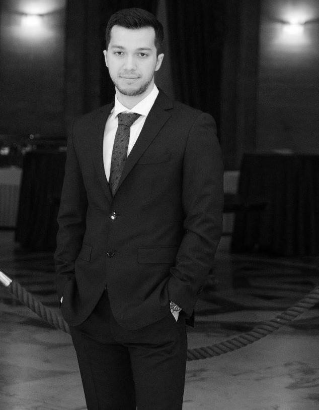 """Александър Сираков Младият лекар-специализант се присъединява към Референтния център по мозъчно съдови заболявания в УМБАЛ """"Св. Иван Рилски"""" още като студент в трети курс преди 7 години. Днес вече Александър се справя сам с 80% от случаите, които се третират в България. А тази година 28-годишният лекар беше избран за член на Editorial Board на едно от най-влиятелните медицински списания в света (в областта на мозъчно-съдовите заболявания) - International Neuroradiology, заставайки редом до световноизвестни професори и ставайки първият българин с толкова влиятелен пост в медицинско списание. Гордеем се, браво! Сн.: rilski.com"""