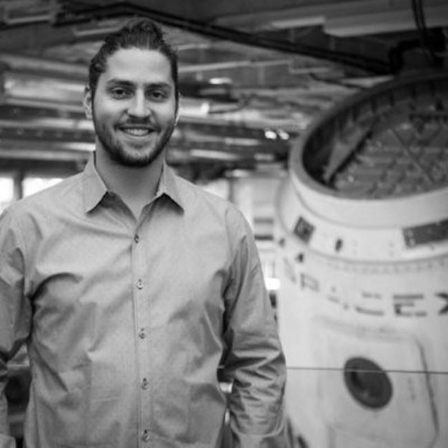 Кико Дончев Той е един от хората до Илън Мъск в тазгодишното изстрелване на SPACE X. Освен това знаем, че е сърфист, неземен математик, пианист, обичащ природата и науката еднакво. Учи в Щатите, връща се на родна почва и работи в Института по математика и механика на БАН, става професор по математически науки, а сега преподава в Мичиганския университет. Сн.: LinkedIn