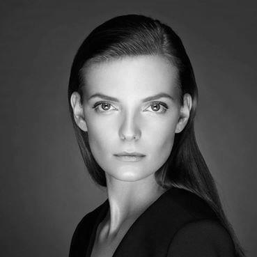 """Нора Шопова Световноизвестен модел, водеща, момиче на времето, хубава жена - всички тези определения са валидни за Нора Шопова. Няколко години е част от синоптичния екип на NOVA телевизия, но през 2020 г. се премества в БНТ. От април до май е водеща на """"Питай БНТ"""" заедно с Драго Драганов, а от юни е част и от спортната редакция. Тази година се случи и друго щастливо събитие в живота на Нора, а именно предложението за брак от нейния любим Траян Косев. Сн.: zarata.info"""
