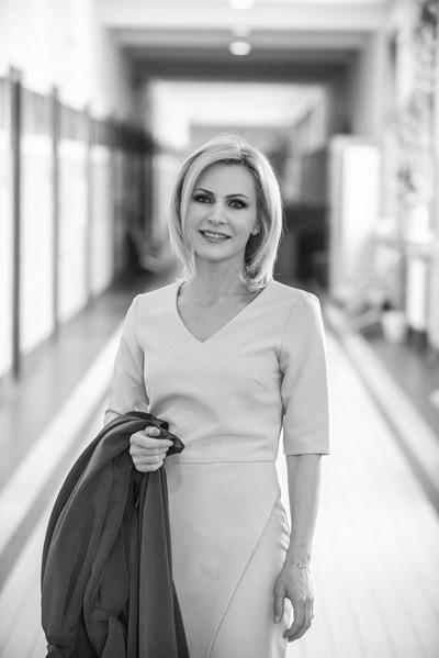 Сийка Милева  Говорителят на главния прокурор е най-стилната жена на българския хоризонт тази година. Правист е, както никой от семейството си, обича да тича, неприятно й е пред камера, гримира се сама и се кълне във водата с джинджифил сутрин. Ами, да, всичко се навързва - идеалната фигура и стилът й са продукт на съзнателна грижа за себе си, а и е зодия Лъв. Винаги с чудесни бижута, опушени очи и въздействаща реч - радваме се да е в полезрението ни. Сн.: Йордан Симeонов