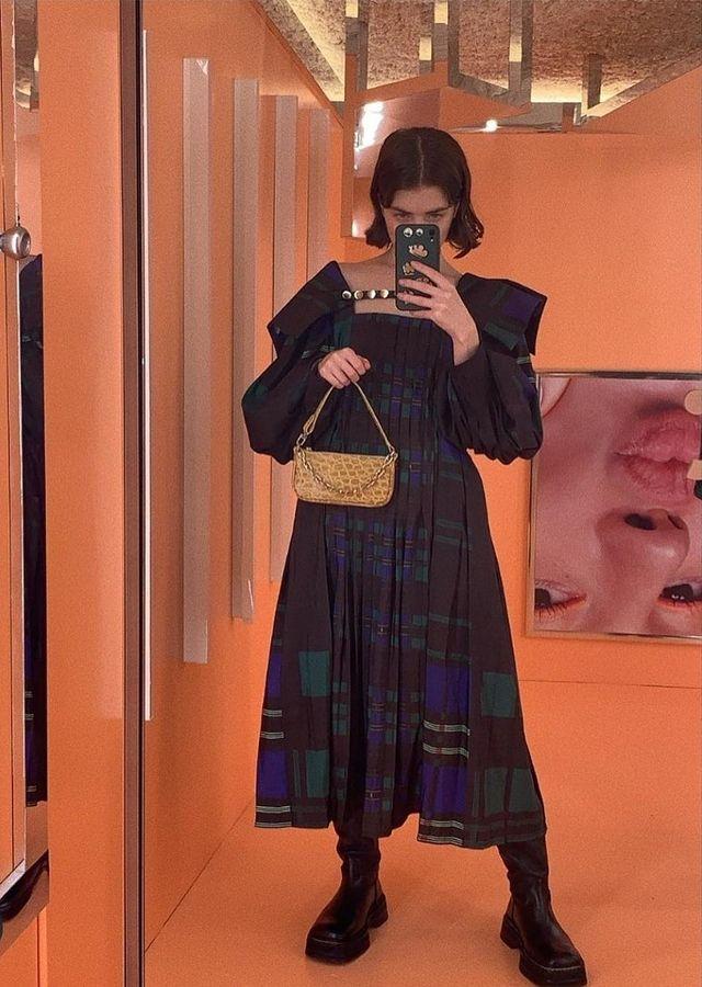 Моли в рокля Chopova Lowena, чанта от By Far и ботуши Eytys