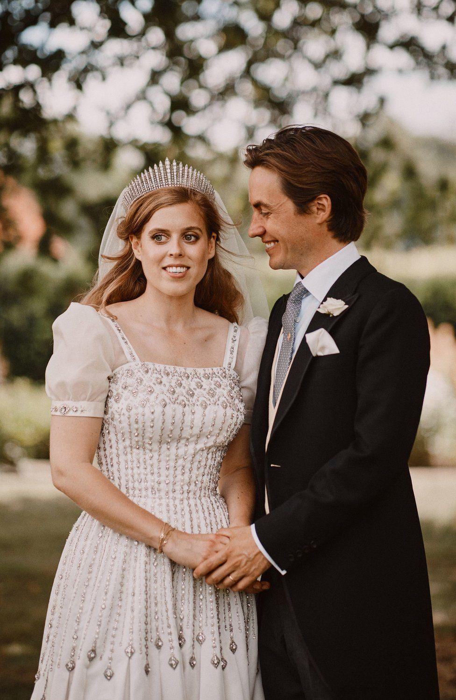 """Принцеса Беатрис и Едоардо Моци Интимната церемония в параклиса All Saints в Уиндзор бе едно много знаково сватбено празненство. Принцесата облече """"осъвременен"""" винтидж модел на сватбената рокля на баба си - Елизабет II, която организира и самата церемония."""