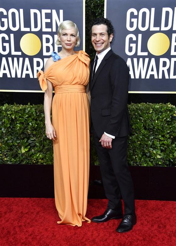 Мишел Уилямс и Томас Кайл Номинираната за Оскар актриса и режисьорът се ожениха през март, но толкова тайно, че папарацине не успяват да се сдобият с нито един кадър. Единственото, което знаем е, че годежът е бил още през 2019-та и явно двойката не е успяла да дочака края на пандемията, за да сключи свещен съюз помежду си.