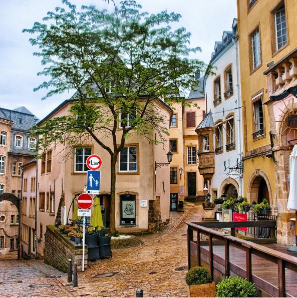 Люксембург Люксембург има пленителен исторически център, но също предлага и селекция от средновековни замъци, скалисти проломи и превъзходни лозя.